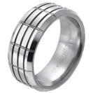 """טבעת טונגסטן לגבר מוברשת עם חיתוכים מוברקים לאורך ולרוחב 9 מ""""מ."""
