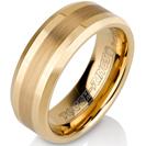 טבעת טונגסטן לגבר מוברקת ומוחלקת, בעלת קצוות משופעים עם אמצע מוברש בציפוי זהב בעובי 8 ממ.