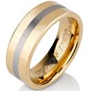 טבעת טונגסטן לגבר מוברקת ומוחלקת בציפוי זהב עם אמצע כסוף מוברש בעובי 8 ממ.