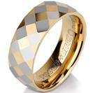 טבעת טונגסטן לגבר מוברקת עם חיתוכי יהלום בציפוי זהב וכסוף לסירוגין בעובי 8 ממ.