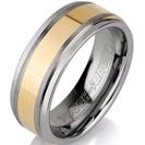 טבעת טונגסטן לגבר מוברשת עם אמצע בציפוי זהב מוברק ומוחלק בעובי 8 ממ.