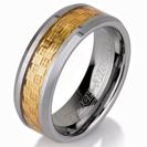 טבעת טונגסטן לגבר מוברקת עם עיטור פנימי של סיבי זהב בעובי 8 ממ.
