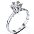 """טבעת אירוסין סוליטר """"עדי"""" בעיצוב """"מרטיני"""" משובצת ביהלום עגול."""