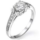 טבעת אירוסין בעיצוב מפורסם במוטיב קלאסי המשובצת ב 24 יהלומים במשקל של כ-0.2 קרט בצבע F וניקיון VS2.