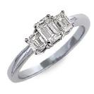 טבעת אירוסין שלושה יהלומים בחיתוך אמרלד.