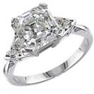 """טבעת אירוסין בסגנון """"הוליווד"""" משובצת ביהלום מרכזי ובשני יהלומים צדדיים בחיתוך משולש במשקל כולל של כ- 0.4 קרט בצבע F וניקיון SI1- טבעת מומלצת ליהלום גדול."""