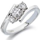 """טבעת אירוסין """"חובקת"""" שלושה יהלומים בחיתוך עגול."""