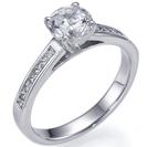 """טבעת אירוסין """"שיבוץ תעלה"""" המשובצת ב 14 יהלומים בחיתוך פרינסס במשקל כולל של כ 0.25 קרט בצבע G וניקיון VS1."""