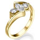 טבעת אירוסין שלושה יהלומים המשובצת ביהלום מרקיזה ובשני יהלומים עגולים בצדדים.