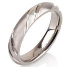 """טבעת לגבר מטיטניום ברוחב 4 מ""""מ בעיצוב ייחודי בעל 3 חיתוכים לרוחב הטבעת, בגימור מט."""