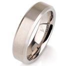 """טבעת לגבר מטיטניום ברוחב 5 מ""""מ עם קצוות משופעים מוחלקים ואמצע בגימור מט."""