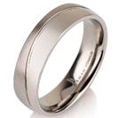 """טבעת לגבר מטיטניום ברוחב 6 מ""""מ בגימור מפותל חצי מט וחצי מוברק."""