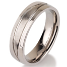 """טבעת לגבר מטיטניום ברוחב 6 מ""""מ עם מעויינים בגימור מט."""