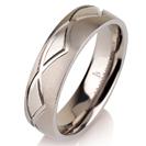 """טבעת לגבר מטיטניום ברוחב 6 מ""""מ עם משולשים מוברקים."""