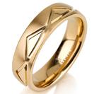 """טבעת לגבר מטיטניום ברוחב 6 מ""""מ עם משולשים מוברקים, הטבעת מצופה בזהב צהוב 14 קראט."""