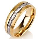 """טבעת לגבר מטיטניום ברוחב 6 מ""""מ בעיצוב ייחודי המעניק מראה של שיבוץ יהלומים, הטבעת מצופה בזהב צהוב 14 קראט."""