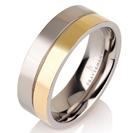 """טבעת לגבר מטיטניום ברוחב 7 מ""""מ בעיצוב חצוי לשניים , חצי מצופה זהב צהוב 14 קראט וחצי ללא ציפוי הטבעת בגימור חלק."""