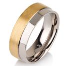 """טבעת לגבר מטיטניום ברוחב 7 מ""""מ בגימור בשני גבהים האחד מט והשני חלק, הטבעת מצופה בזהב צהוב 14 קראט."""