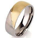 """טבעת לגבר מטיטניום ברוחב 7 מ""""מ בגימור מט המחולקת לשניים חצי עם ציפוי זהב צהוב 14 קראט וחצי ללא ציפוי."""