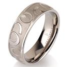 """טבעת לגבר מטיטניום ברוחב 7 מ""""מ בגימור ייחודי בעבודת יד."""