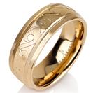 """טבעת לגבר מטיטניום ברוחב 7 מ""""מ בגימור ייחודי מט, הטבעת מצופה זהב צהוב 14 קראט."""