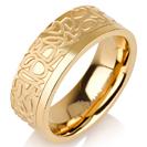 """טבעת לגבר מטיטניום ברוחב 7 מ""""מ בעיצוב מיוחד ומרשים, הטבעת מצופה בזהב צהוב 14 קראט."""