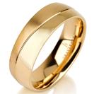 """טבעת לגבר מטיטניום ברוחב 7 מ""""מ בגימור מפותל חצי מט וחצי מוברק, הטבעת מצופה בזהב צהוב 14 קראט."""