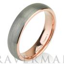 טבעת טונגסטן בגימור מוברש עם ציפוי זהב ורוד ברוחב 5ממ - עגולה נוחה וקלאסית