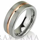 """טבעת טונגסטן לגבר ברוחב 8 מ""""מ בגימור מט עם פס זהב אדום במרכז."""