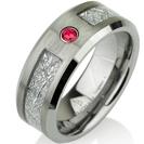 טבעת טונגסטן לגבר ברוחב 8 ממ בגימור מט עם מילוי פלדה בגימור מטאוריט ושיבוץ אבן חן מסוג רובי
