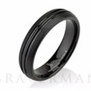 """טבעת לגבר העשויה טונגסטן קרביד עם ציפוי שחור וגימור מוברש מיוחד הטבעת ברוחב 5 מ""""מ"""