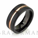 """טבעת שחורה לגבר עם גימור מוברש ופס מצופה בזהב אדום הטבעתב רוחב 8 מ""""מ"""