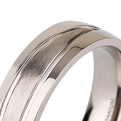 Titanium wedding bands - Brushed and engraved center titanium ring with polished sides - 6mm