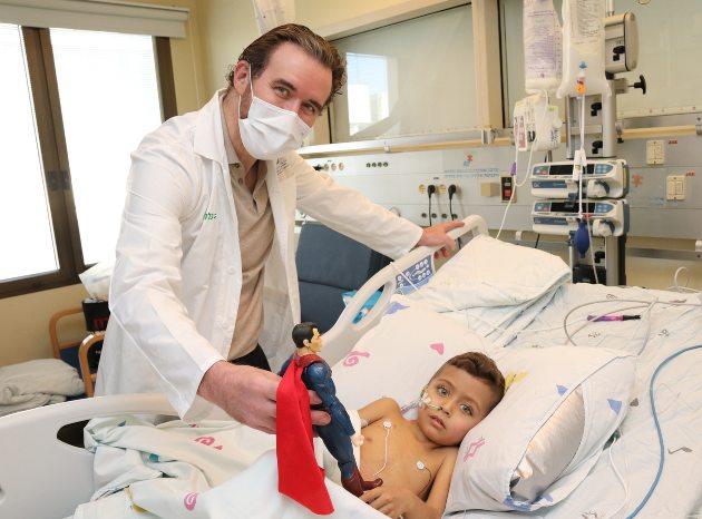"""ד""""ר מיכאל גורביץ, מנהל יחידת השתלות כבד בילדים במרכז שניידר, עם הפעוט מושתל הכבד, צילום דוברות מרכז שניידר"""