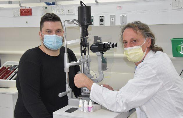 דר מיכאל היימס ועמרו בבדיקה במחלת העיניים בכרמל. צילום אלי דדון מרכז רפואי כרמל