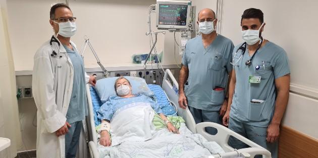דורה מתאוששת במחלקה עם פרופ יפה דר זיסמן ודר סולימאן, צילום אלי דדון, מרכז רפואי כרמל