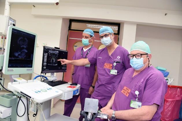 מימין לשמאל: דר יוסים איגור ופרופ ניקולא מבגיש, מנהל המחלקה לאוקלוגיה בסורוקה, בשימוש במכשיר MRI-US FUSION. צילום דינה פרנקל סורוקה