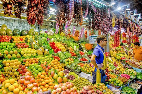 דוכני פירות בשוק הבוקריה בברצלונה