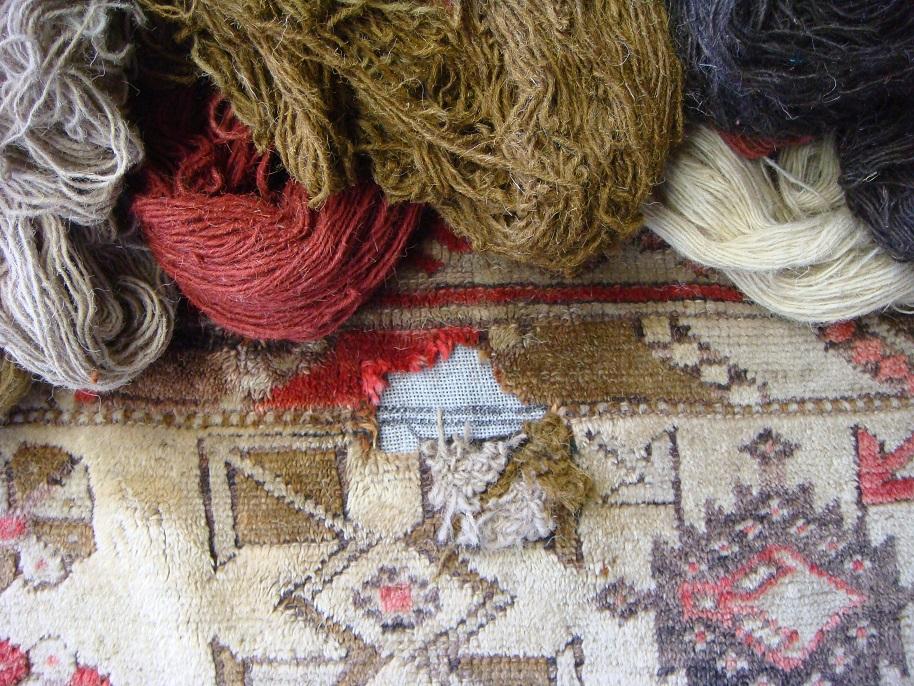 התחלת מילוי חור לשטיח בתיקון אומנותי