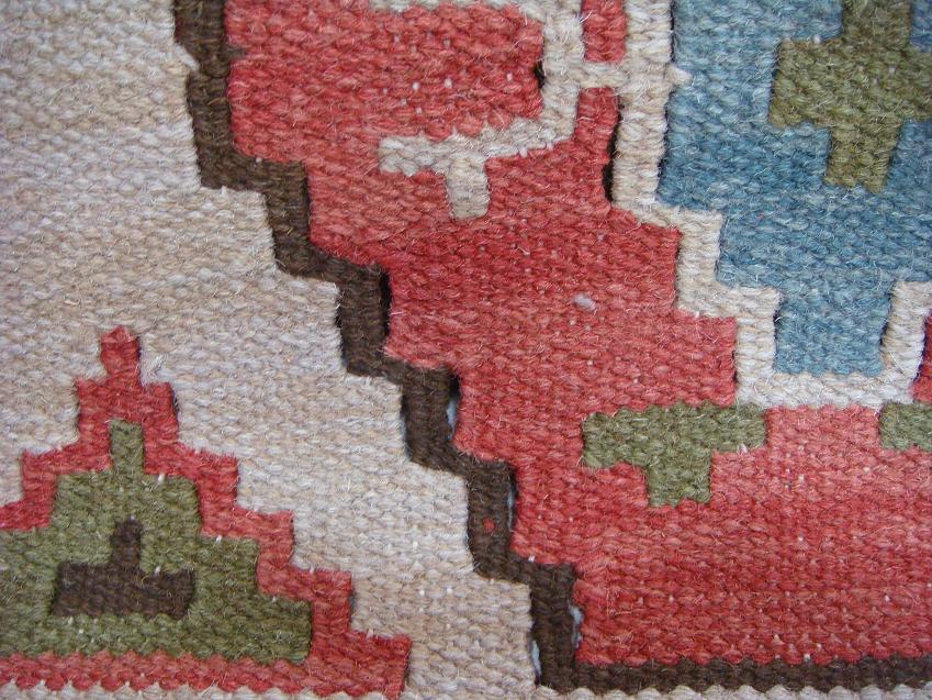 חורים בשטיח קילים