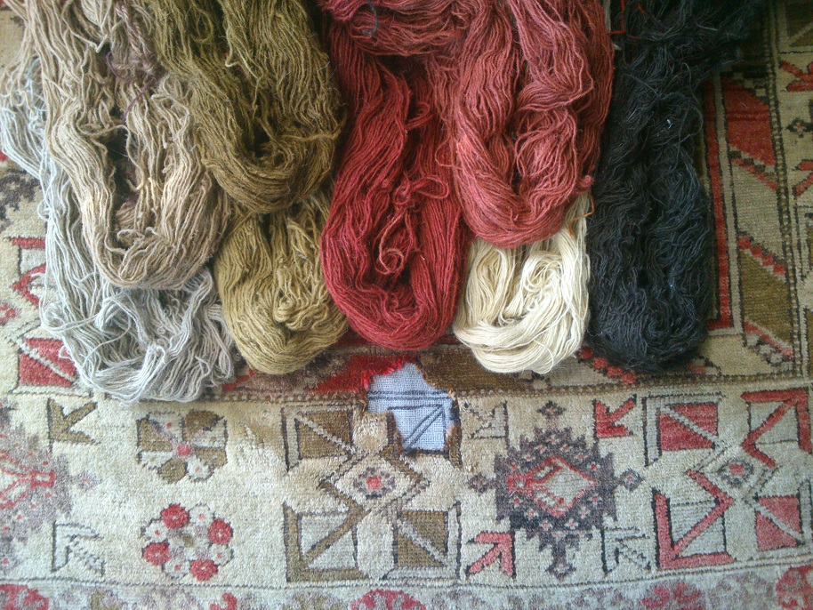בחירת חוטים לצבעים הרצויים לתיקון אומנותי לשטיח