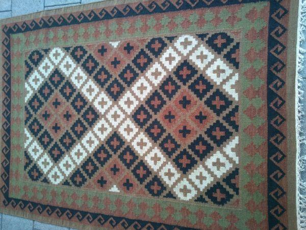 שטיח קילים עם שחור ולבן