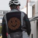 הוצג אב טיפוס של ז'קט Emoji לשיפור תקשורת בין רוכבי אופניים לנהגים