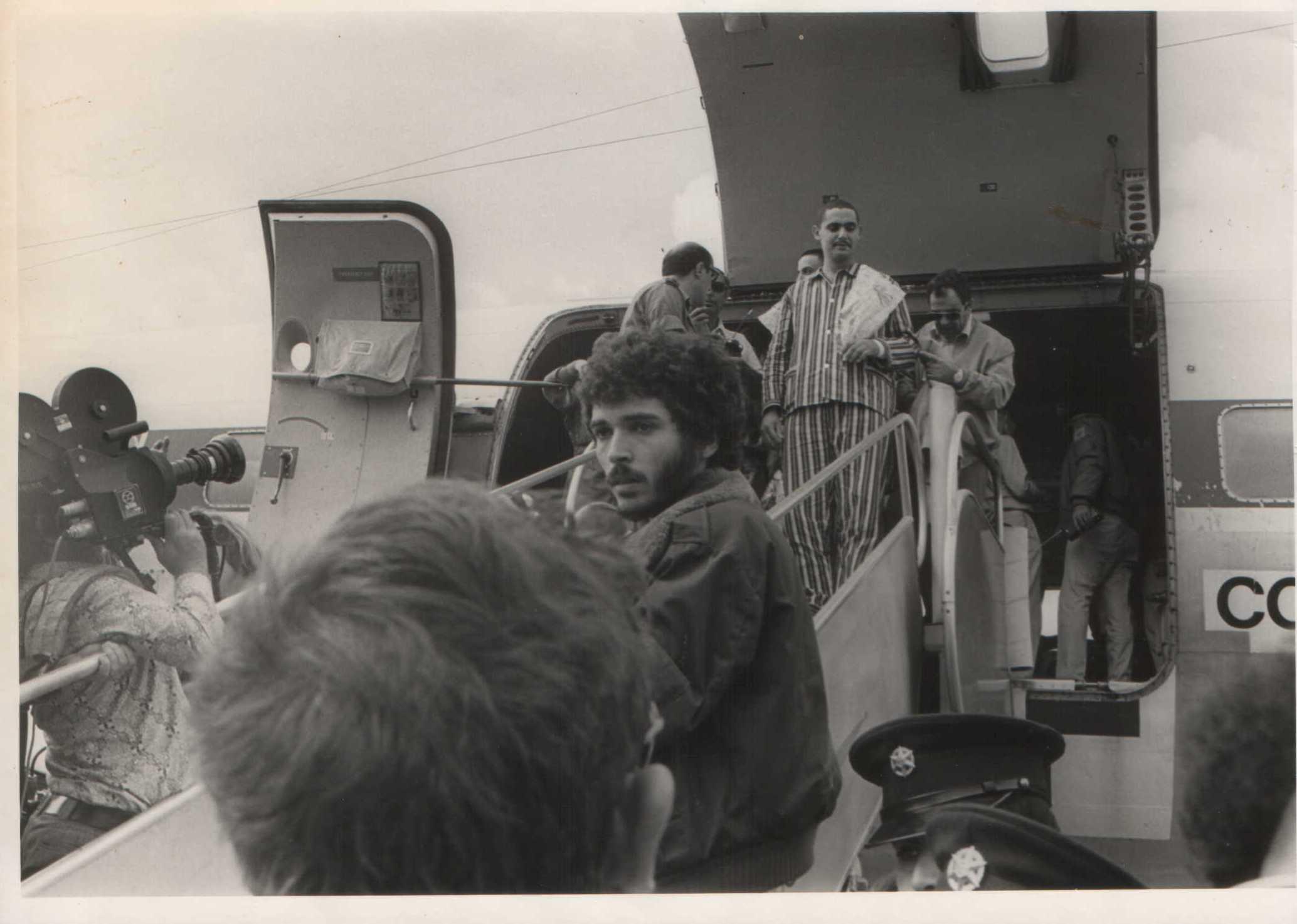 אבי יורד ממטוס הפצועים