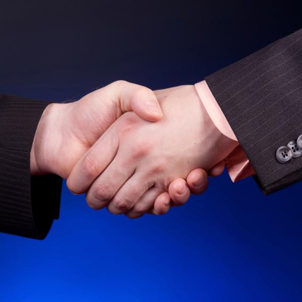 לחיצת יד לחתימת חוזה