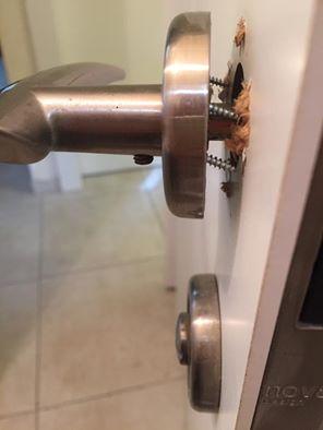 דלת שדרוש לה תיקון דלתות
