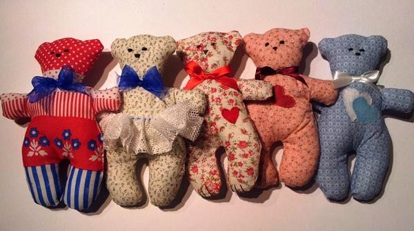 דובים עבודת יד שתופרים ביחד בהפעלות ימי הולדת