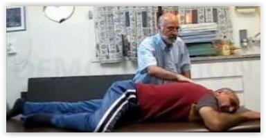 שלמה קליין מטפל בכתף בשיטת פלדנקרייז