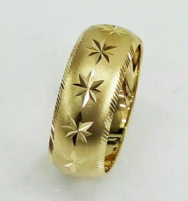 טבעת נישואין זהב 14K מקומר על רקע מט עם כוכבים באמצע וקנטים בצדדים (4025)