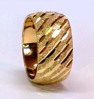 טבעת נישואין זהב 14K על רקע נצנץ מלא ושברי אלכסונים בחריטת יהלום (4070)